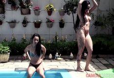 Gatas lésbicas ficam nuas na piscina