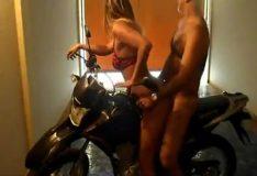Rabuda dando em cima da moto